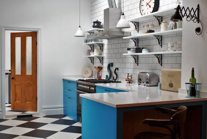 meuble bas couleur bleu canard, credence carrelage blanc, étagères blanc et metal, carrelage sol damier deco cuisine retro chic