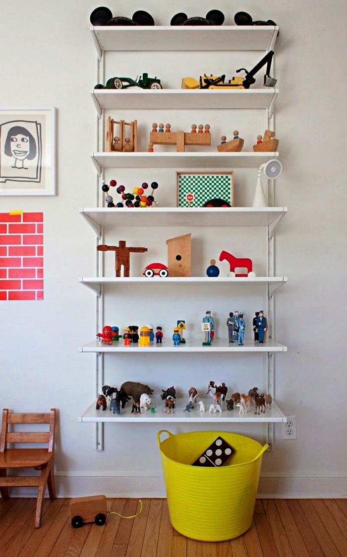 étagère murale pour ranger et exposer ses petits jouets, bac rangement jaune pour ranger les jouets dans la chambre d'enfant