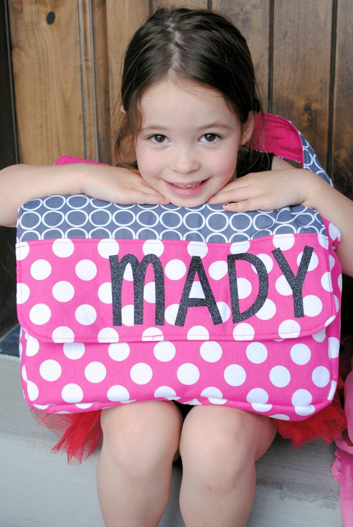 Pois blanches sur tissu rose, faire coller des lettres avec le nom de l'utilisateur de ce sac, modèles de sacs en tissu à faire soi-même, activité manuelle