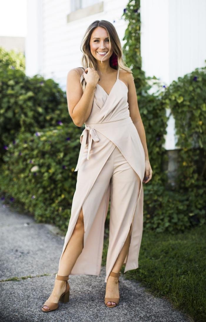 modèle de combinaison aux jambes larges avec fente et décolleté en V, idée tailleur pantalon femme pour ceremonie