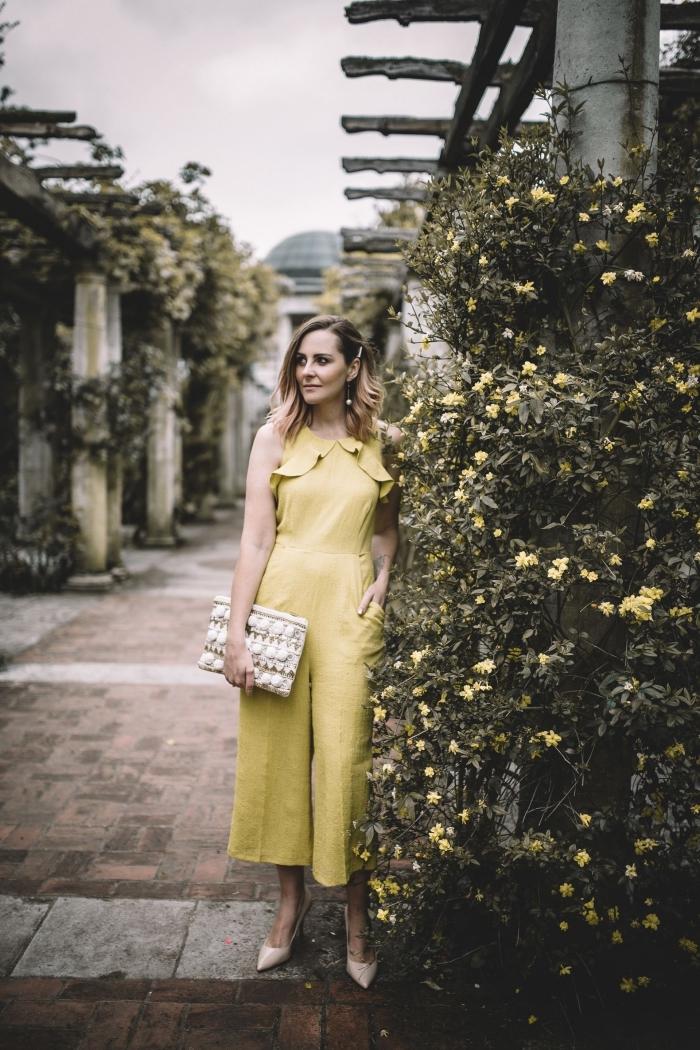 exemple de tenue de cérémonie femme élégante avec combinaison 3/4 jaune, idée coiffure femme invitée facile aux cheveux de côté