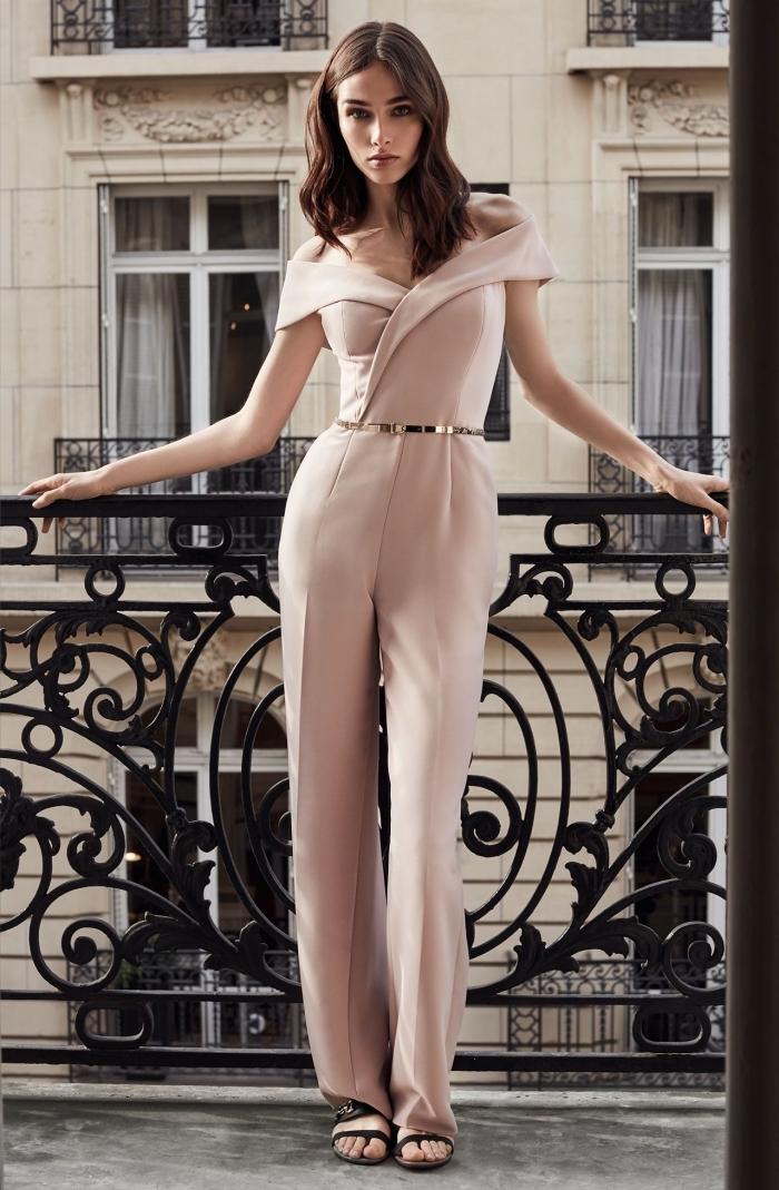 tailleur pantalon femme chic pour mariage, modèle de combinaison chic pour mariage de couleur pastel avec bustier