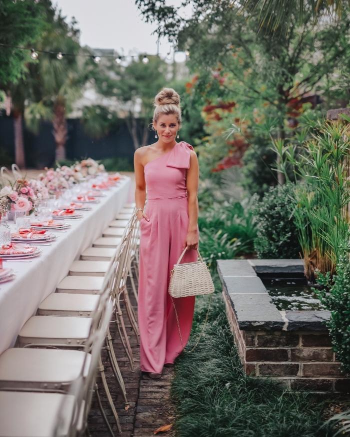 quelle tenue pour assister à un mariage, modèle de combinaison chic aux jambes larges avec col asymétrique en rose