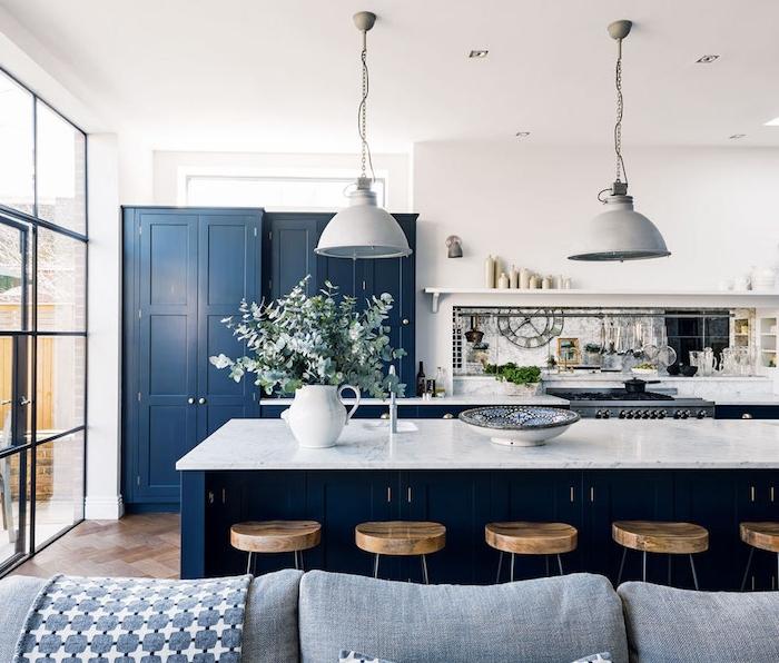 idée peinture cuisine originale, ilot central et armoire de cuisine bleu marine, plan de travaol marbre, tabouret de bar bois et metal suspensions deco campagne ferme