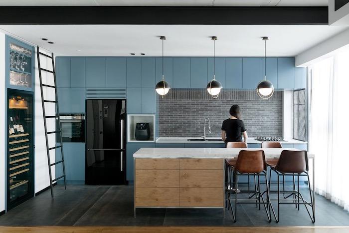 credence carrelage gris, couleur bleu gris pour la façade de cuisine, sol couleur noire, ilo central bois et blanc, frigo noir