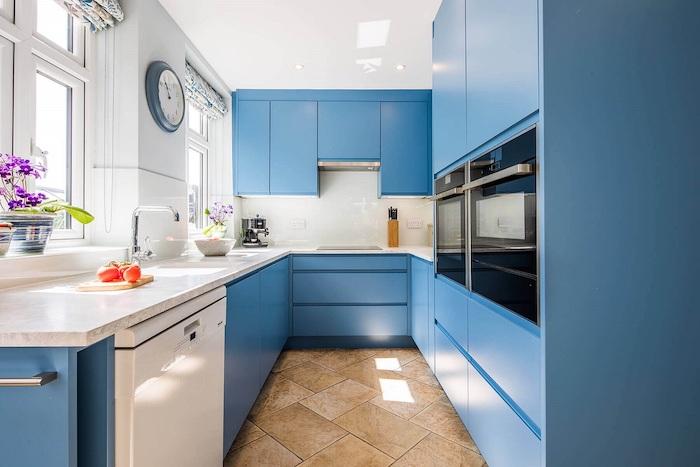 idée peinture cuisine pour le mobilier, meuble cuisine bleu, plan de travail marbre, carrelage sol beige, murs blancs
