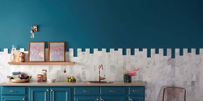 quelle couleur pour les murs d une cuisine, idée de peinture murale et mobilier cuisine bleu canard, carrelage gris et blanc, ambiance artistique