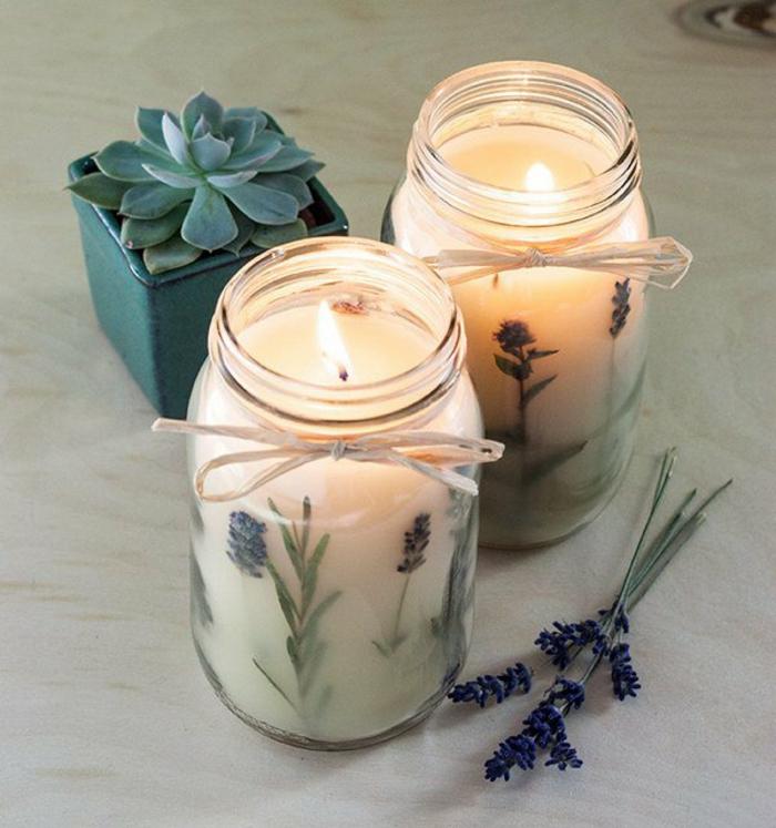 comment fabriquer une bougie à la maison, bougie fait maison dans un bocal en verre décorée avec fleurs et ruban