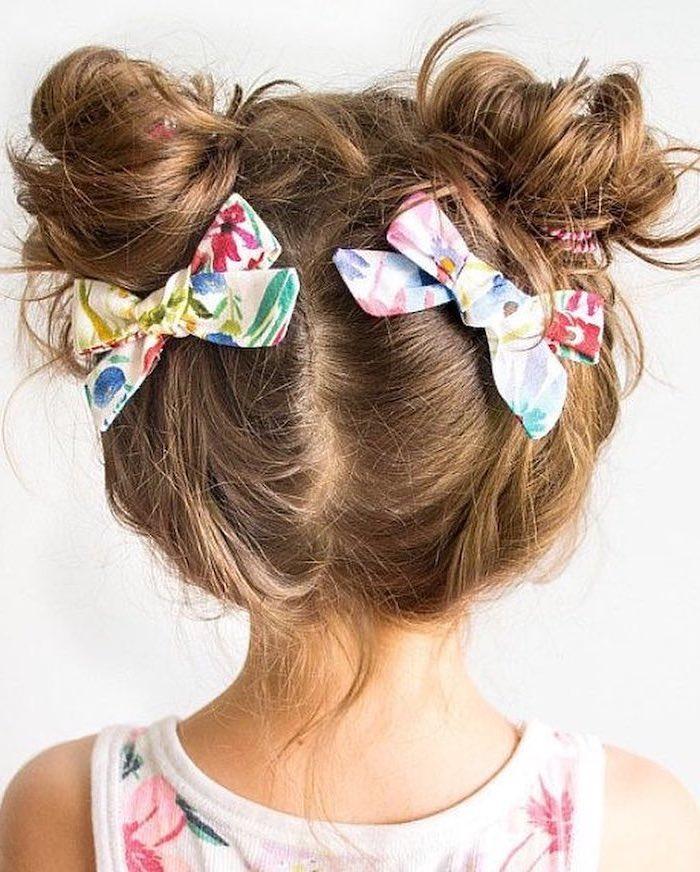 Adorable fillette coiffure facile a faire avec deux rubans fleuries meme tissu que la robe, coiffure simple et rapide
