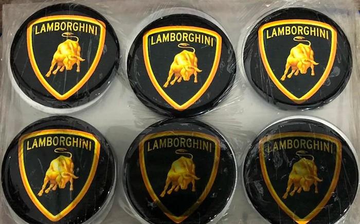 la police a découvert de nombreuses pièces détachées marquées du logos des marques italiennes Lamborghini et Ferrari servant à la fabrication des fausses voitures