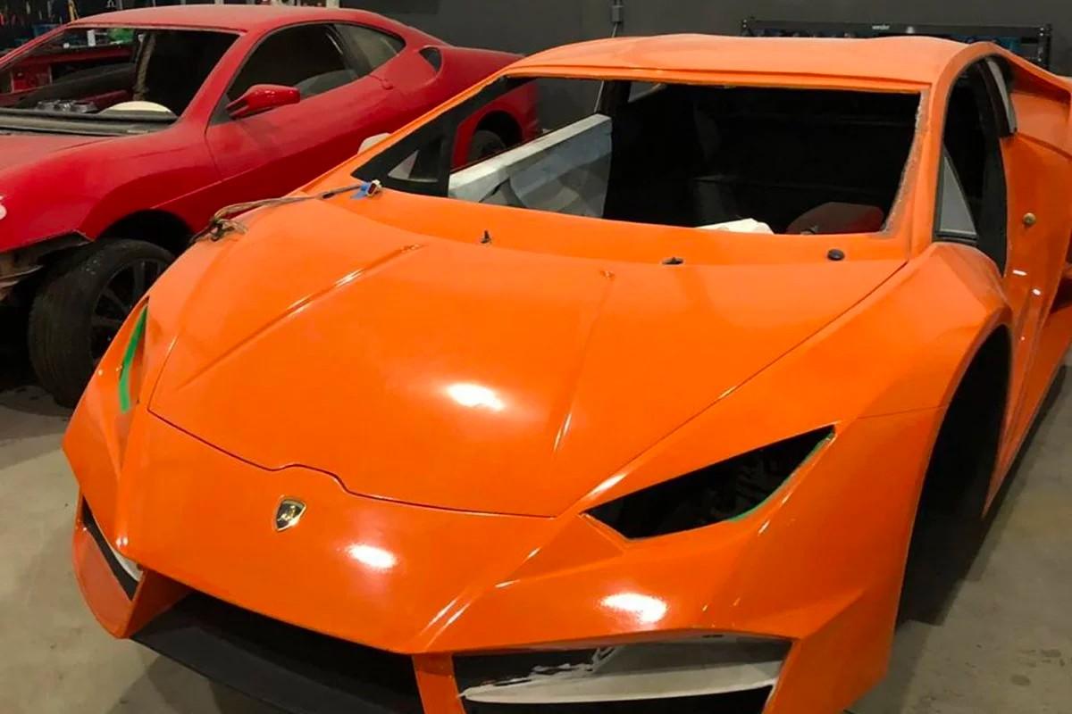 La police a découvert que les fausses Lamborghini et Ferrari fabriquées dans cet atelier brésilien étaient vendues entre 40 000 et 90 000 euros