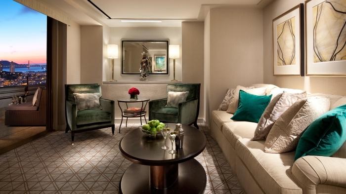 décoration moderne dans un salon beige, idée peinture sable pour intérieur contemporain et élégant avec accents de vert