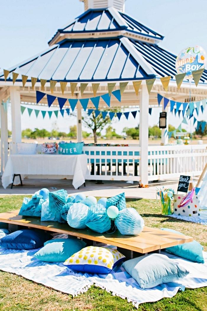 organiser une pique-nique d'anniversaire, idée déco de pique-nique anniversaire 1 an, table basse décorée d'un chemin de table en boules de papier alvéolé