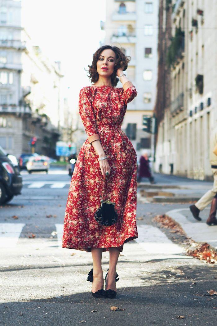 Femme belle, comment être une femme bien habillée, soirée guinguette comment s'habiller, robe année 60, photo promenade sur la rue, robe rouge et blanc
