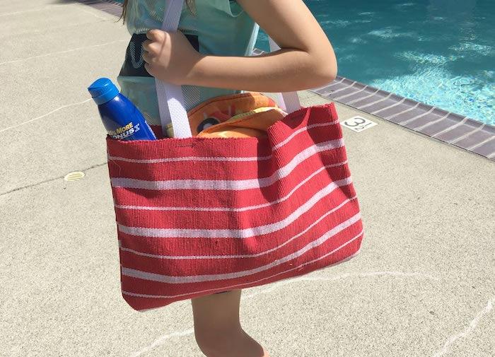Rayé sac de plage rouge et beige, femme a la piscine, tuto sac, modele de sac en tissus, tuto sac cabas