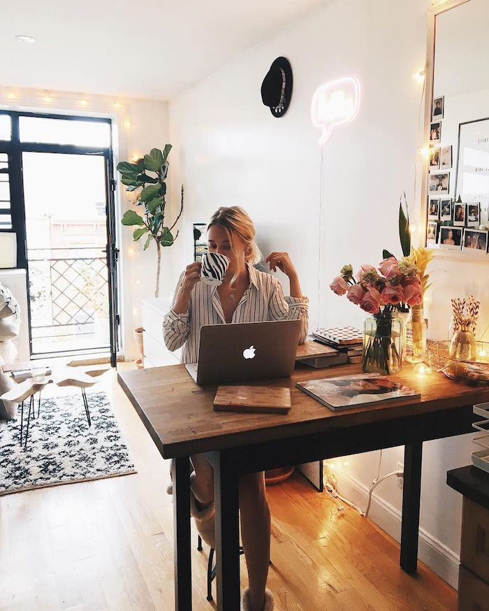 Femme qui boit son café, bureau en bois dans le salon, petit coin office dans la salle de séjour, décoration de bureau, idée déco bureau simple