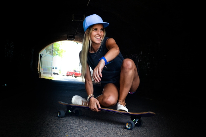 Fille bien habillée pour faire de sport, se transporter dans la ville en longboard, combinaison pantalon femme, belle idée de tenue