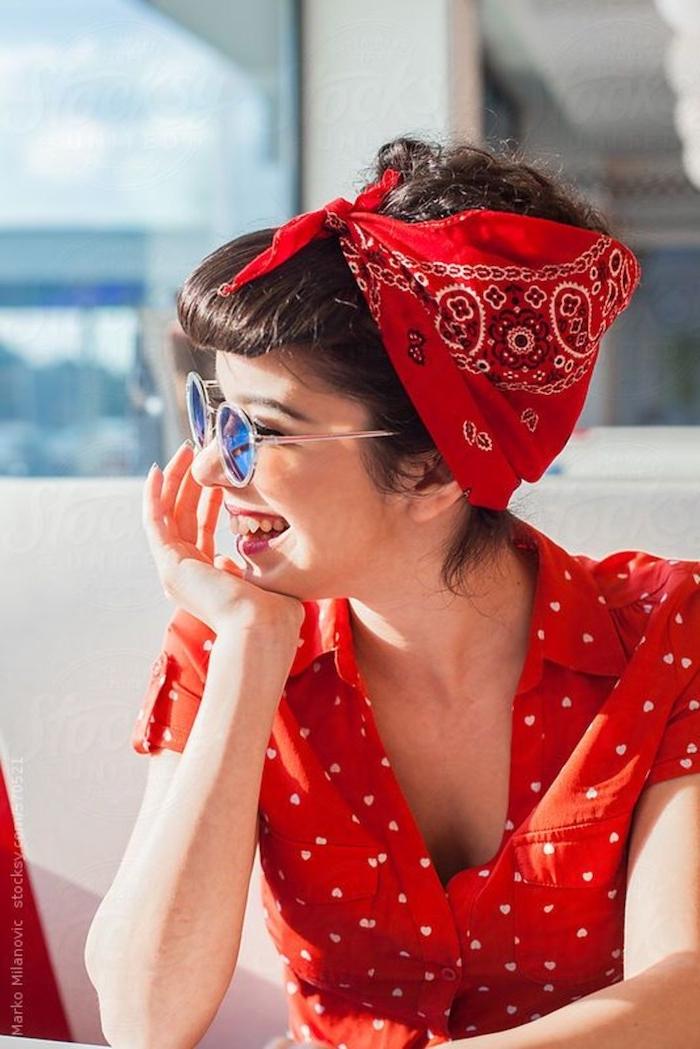 Chemise rouge à coeurs, lunettes de soleil modernes, robe guinguette, robe année 60, vetement annee 60