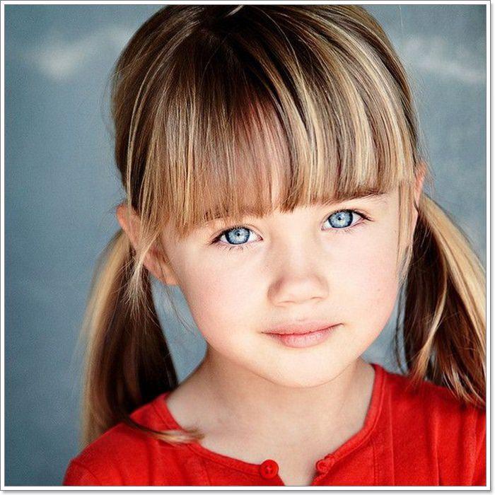 Coupe cheveux à frange, fille yeux bleus, mignonne coiffure pour fillette, coiffure simple et rapide
