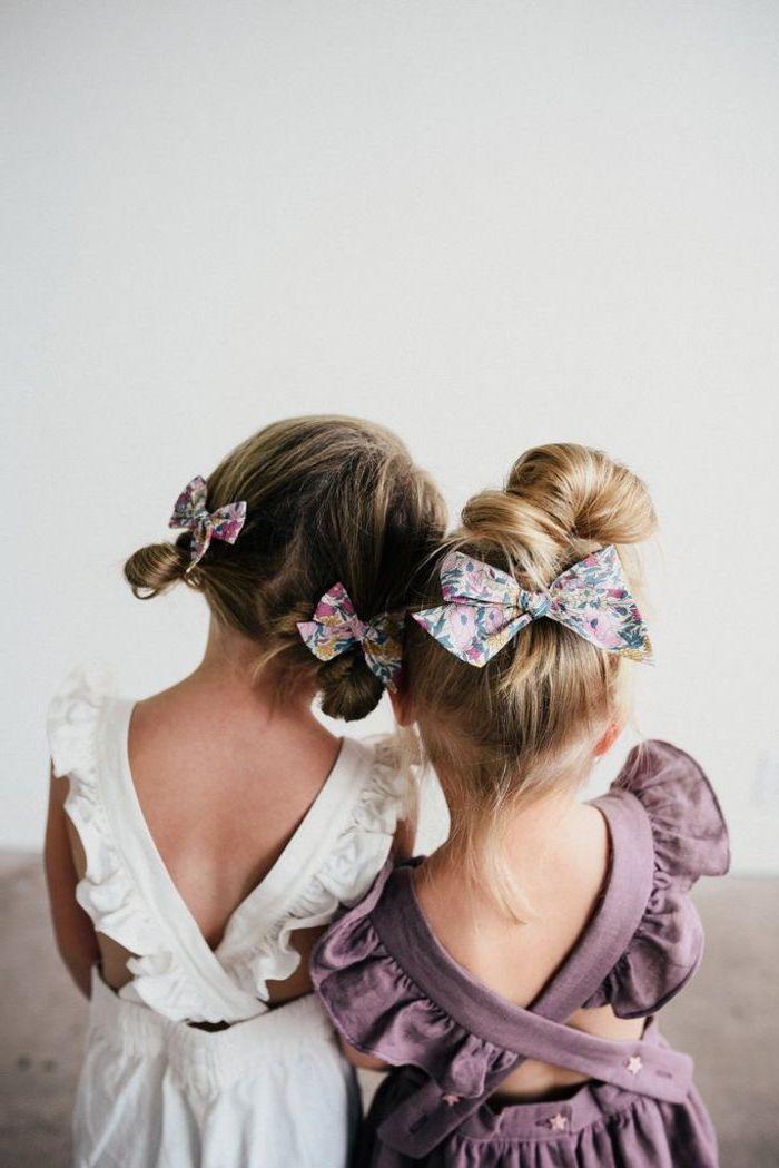 Deux filles adorables, soeurs avec simili cheveux, coiffures chignon ruban fleurie, coiffure simple et rapide, coiffure facile a faire, beauté