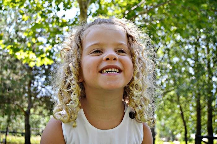 Sourire grand, fille blonde, cheveux crépus, coiffure petite fille mariage, coiffure facile a faire enfant