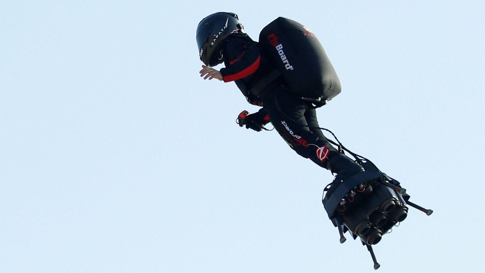 Franky Zapata a chuté dans l'eau lors du ravitaillement en kérosène de son Flyboard Air