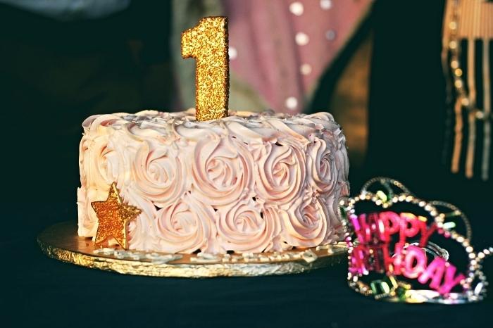 gâteau d'anniversaire 1 an pour fille, gâteau au glaçage rose décoré d'une bougie et d'une étoile dorée, idée deco anniversaire fille sur le thème princesse