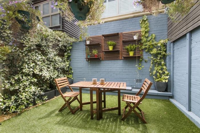 idee amenagement jardin devant maison avec pelouse et meubles en bois, exemple rangement vertical pour jardin
