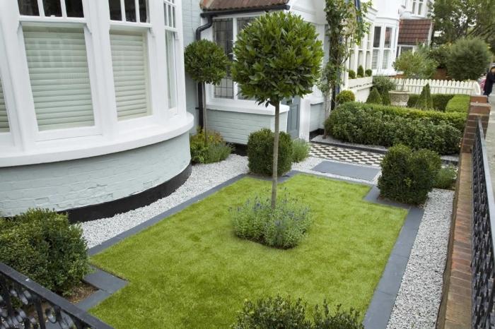 idee amenagement jardin devant maison, décoration petit jardin avec pelouse et arbres avec bordure bétonnée