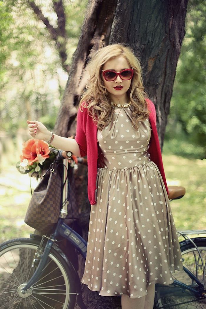 Femme robe à pois, gilete rose, lunettes de soleil vintage style, bicyclette tenue guinguette femme, vetement annee 60 chic tenue