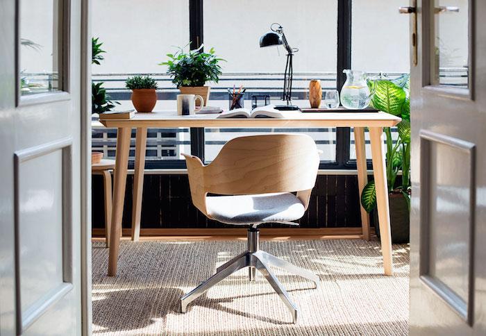 Table en bois et plantes vertes deco bureau, diy décoration de bureau faire soi meme, chaise bois, belle vue idée originale où installer son bureau