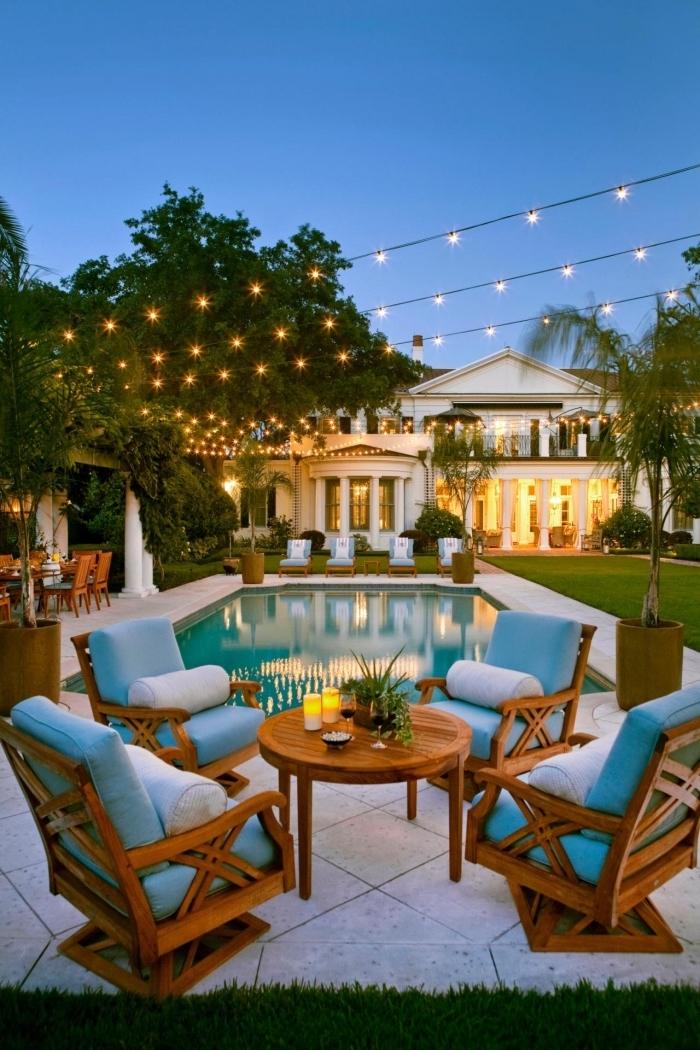 exemple d'amenagement autour piscine avec meubles en bois sur terrasse béton, idée mobilier de jardin ou piscine