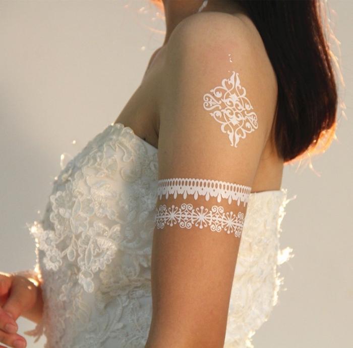 idée tatouage épaule éphémère aux motifs ethniques, exemple de tattoo henné à effet bijoux de corps aux motifs dentelle