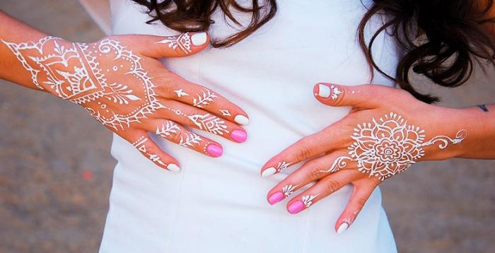 manucure en blanc et rose gel, décoration de main avec dessins blancs temporaires aux motifs mandala, tatouage au henné