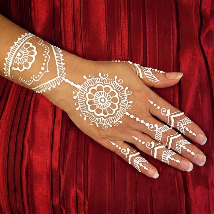 idée tatouage henné main facile, modèle tattoo blanc pour mariage, exemple de tatouage main et doigts aux motifs mandala