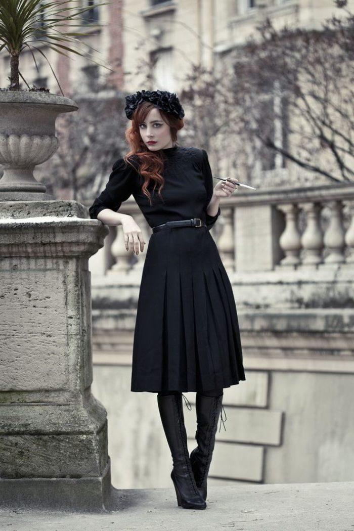 Noire robe haute taille, bottes hautes, cuissardes cuir noir, look année 50, idée comment bien s'habiller bien