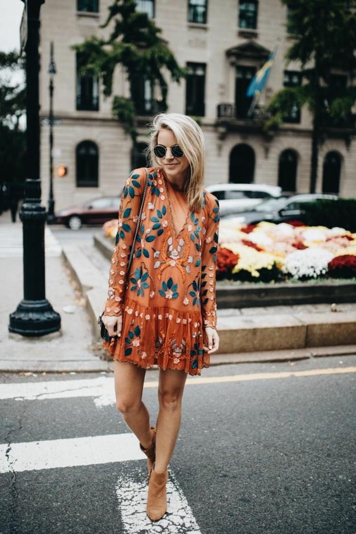 Robe orange fleurie femme chic, tenue bohème chic avec bottines beiges, idée pour la fin de l'été, femme blonde, lunettes de soleil