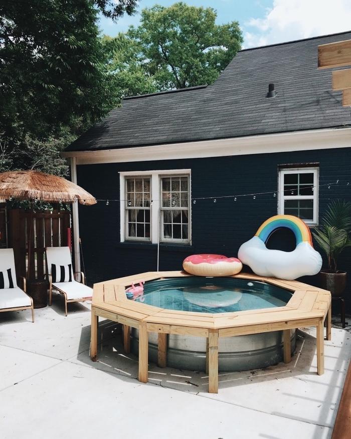 modèle de piscine maison petit espace, comment décorer une cour arrière avec piscine ronde et terrasse bétonnée