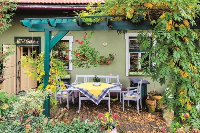 décoration jardin extérieur, cour arrière avec terrasse en bois et pergola, meubles de jardin en bois gris clair