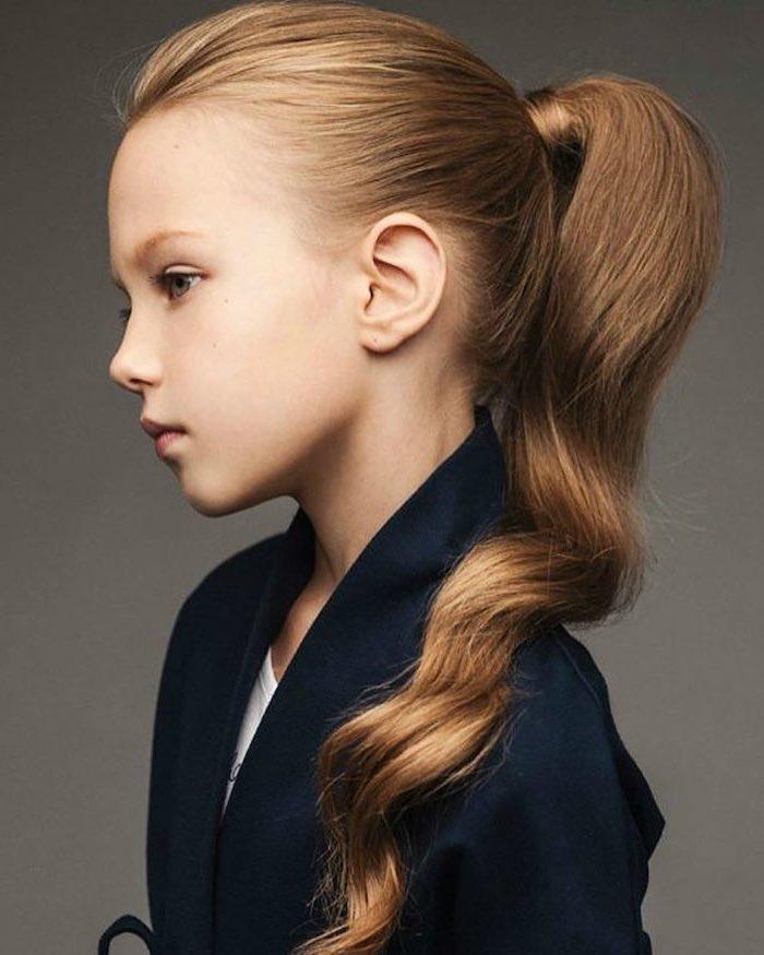 Belle fille avec longs cheveux, queue de cheval, coiffure petite fille, coiffure petite fille mariage à faire soi meme, veste noire