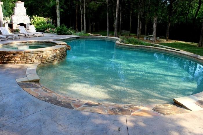 exemple de jardin avec piscine plage, modèle grande piscine avec petit bassin rond en pierre, jardin avec barbecue