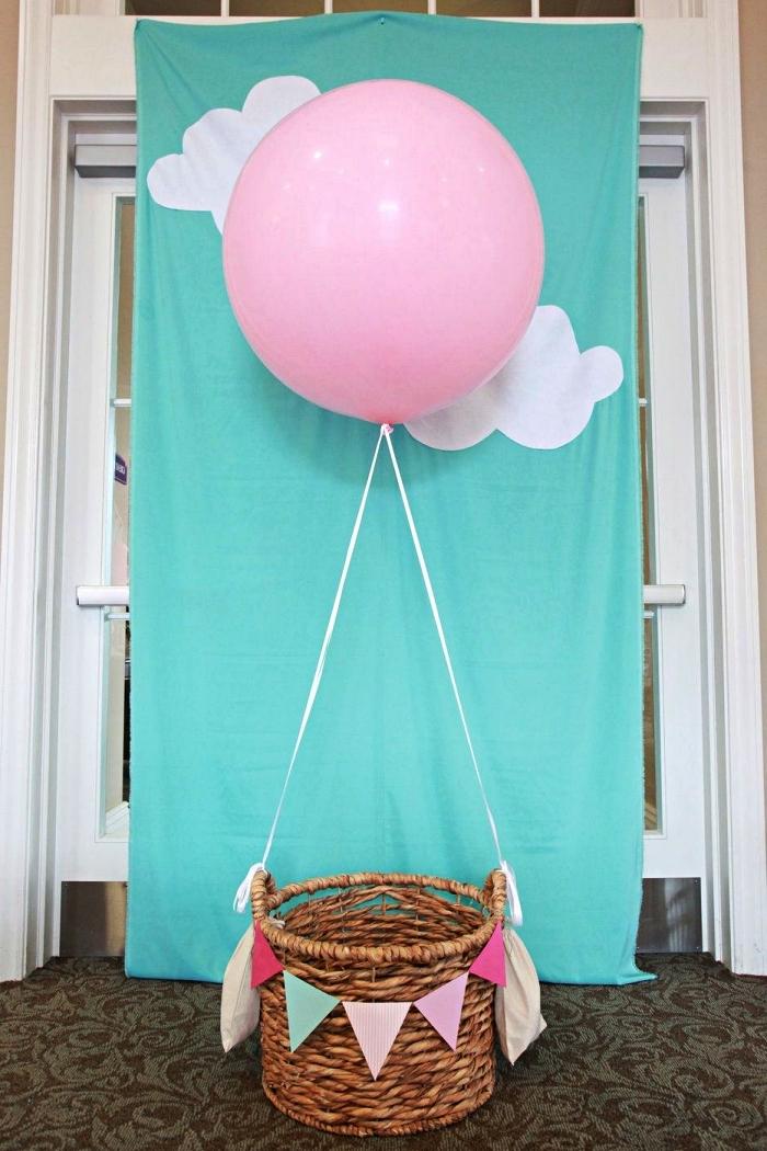 montgolfière pour une séance photo premier anniversaire, décoration anniversaire 1 an sur le thème voyage