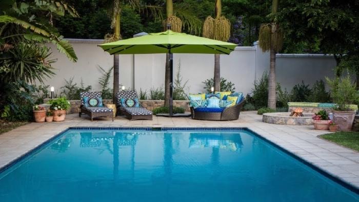 comment décorer une terrasse piscine avec transats tressés, exemple d'amenagement terrasse piscine moderne