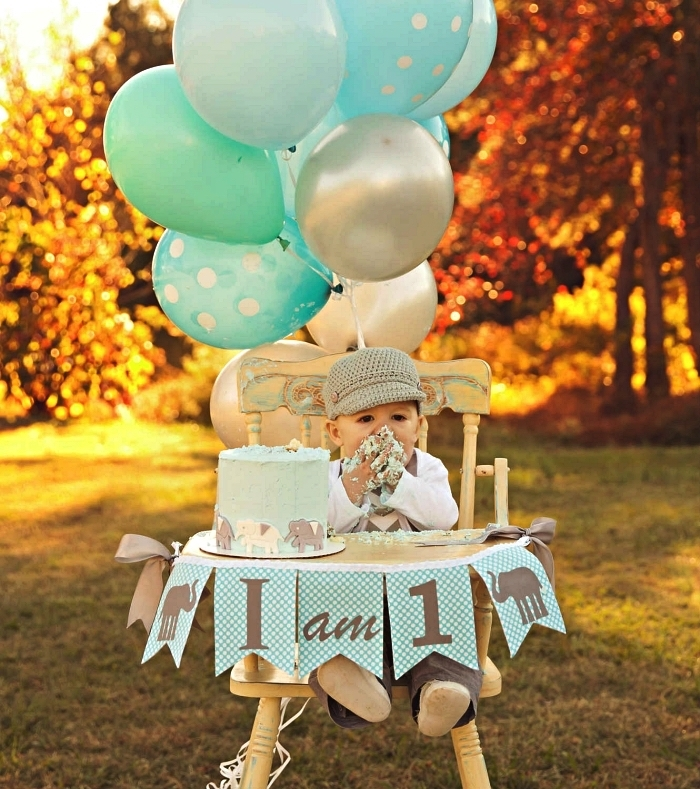 chaise haute décoré de ballons et d'une banderole joyeux anniversaire 1 an, idée déco pour séance photo smash the cake