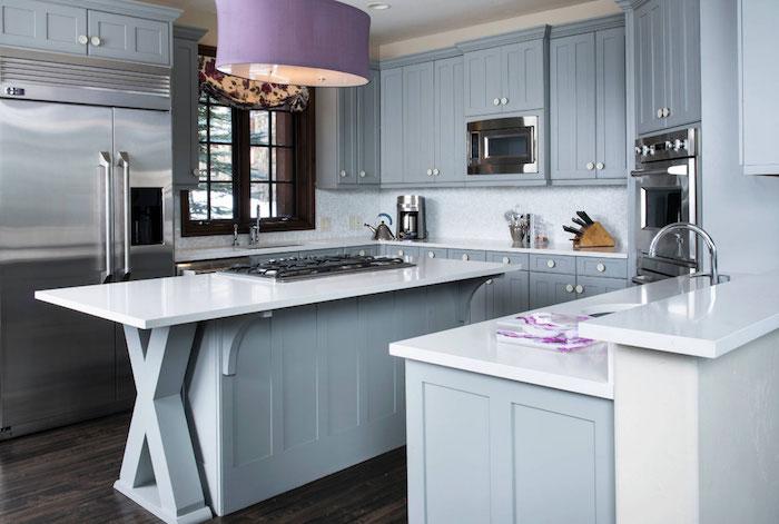 couelur bleu gris dans une cuisine traditionnelle avec credence blanche, parquet bois foncé, plafonnier violet