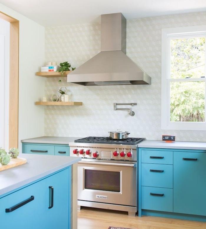 ilot central et meuble cuisine bleu lagon, credence blanc et gris, electromenager inox, petite étagères de bois