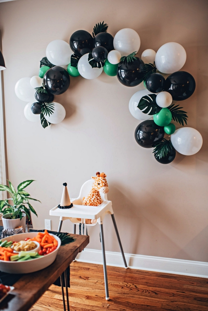 arche de ballons tropicale ornée de feuilles de palmier pour une décoration anniversaire 1 an sur le thème jungle