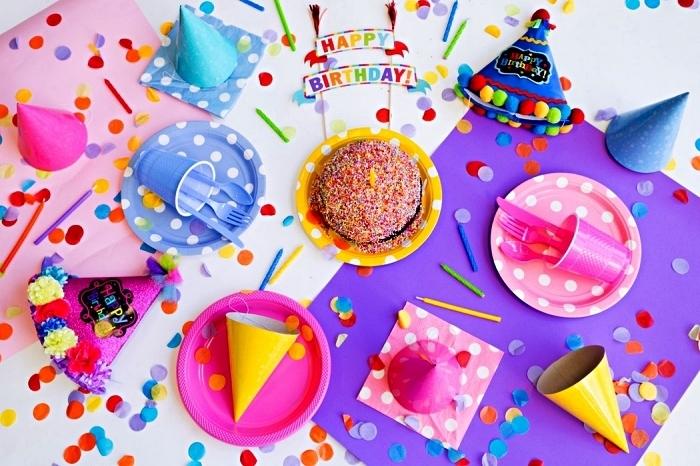 confettis multicolore et vaisselle jetable pour une deco table anniversaire, décoration de table d'anniversaire enfant