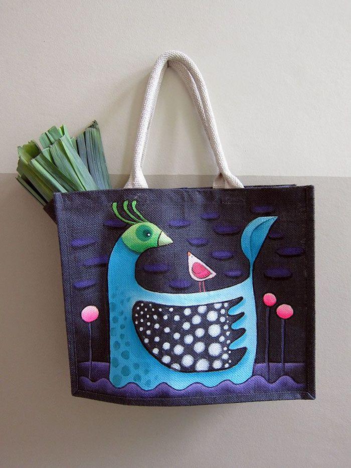 Sac en jean avec dessin de deux oiseaux adorables, tuto sac de plage, confectionner un sac tuto tote en tissu pour faire les cours