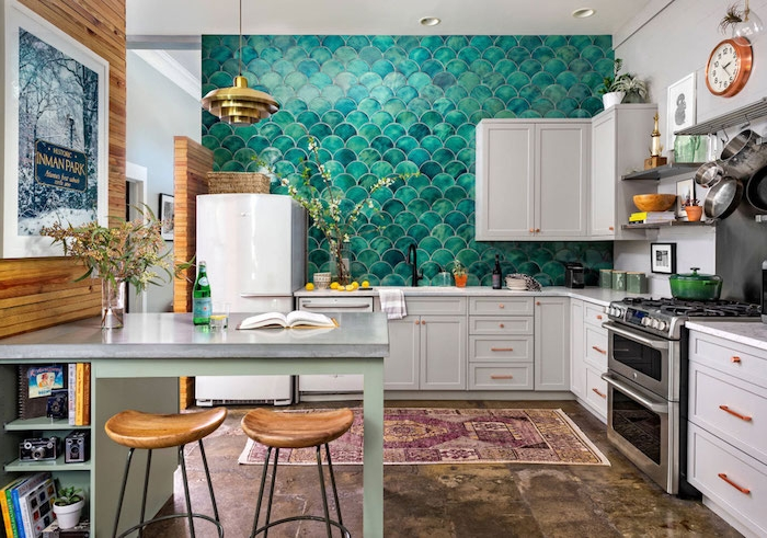 idée de credence cuisine originale effet écaille de poisson, meuble cuisine gris clair, revetement sol effet usé, bar gris avec tabouret bois et metal